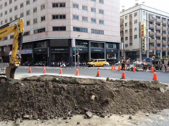 高雄市養護工程處今天到現場開挖,初步研判是地底下有個不明的坑洞,下午也會同中華電信工程人員到對面開挖確認是否為電信管溝漏水,但仍找不到塌陷原因。記者謝梅芬/攝影