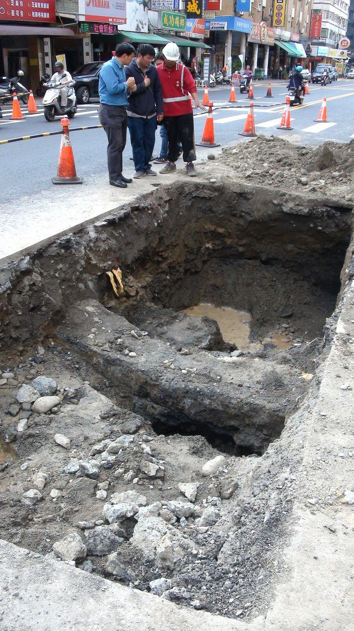 高雄市養護工程處今天上午到現場開挖,初步研判是地底下有個不明的坑洞,才會導致剛鋪好的道路塌陷,但仍找不到塌陷原因,下午決定回填。記者謝梅芬/攝影