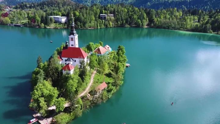 透過空拍機的鏡頭欣賞位於斯洛維尼亞的布萊德島(Blejski otok),像是鑲嵌在布萊德湖(Lake Bled)上的一顆眼睛,猶如仙境一般,享有「歐洲之眼」的美譽。路透