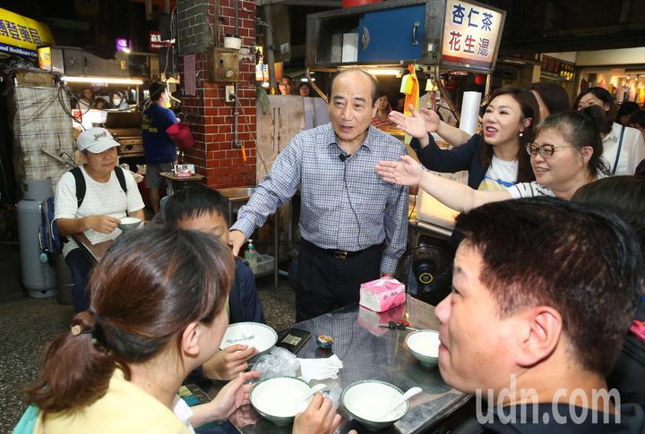 王金平晚上至內湖737夜市掃街,為總統選舉黨內初選拉抬聲勢,許多逛夜市用餐的民眾都給予熱情回應。記者林俊良/攝影