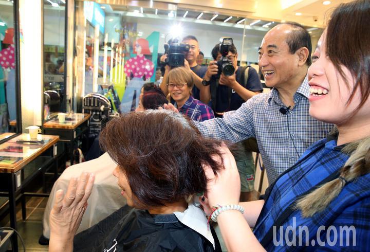 王金平晚上至至內湖737夜市掃街,甚至走進髮廊,與美髮中的民眾熱情互動。記者林俊良/攝影