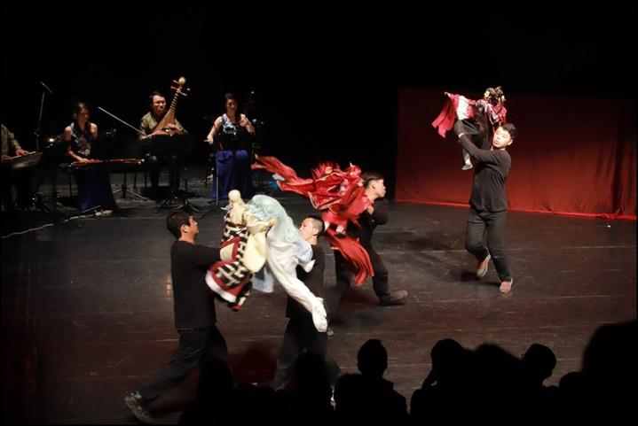 三昧堂和迴響樂集結合的「布袋戲音樂劇」,由操偶師與戲偶一同現身演出,加上樂團現場演奏,創造出新的表演。圖/嚴仁鴻提供