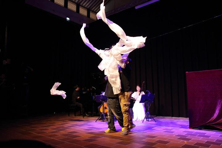迴響樂集的音樂創作人蔡玉眞(右一)將4年來參與布袋戲音樂劇寫成碩士論文。圖/嚴仁鴻提供