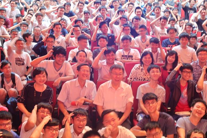 台北市長柯文哲到雄中演講,合影學生特別比出柯P撓頭的「招牌動作」。記者徐如宜/攝影