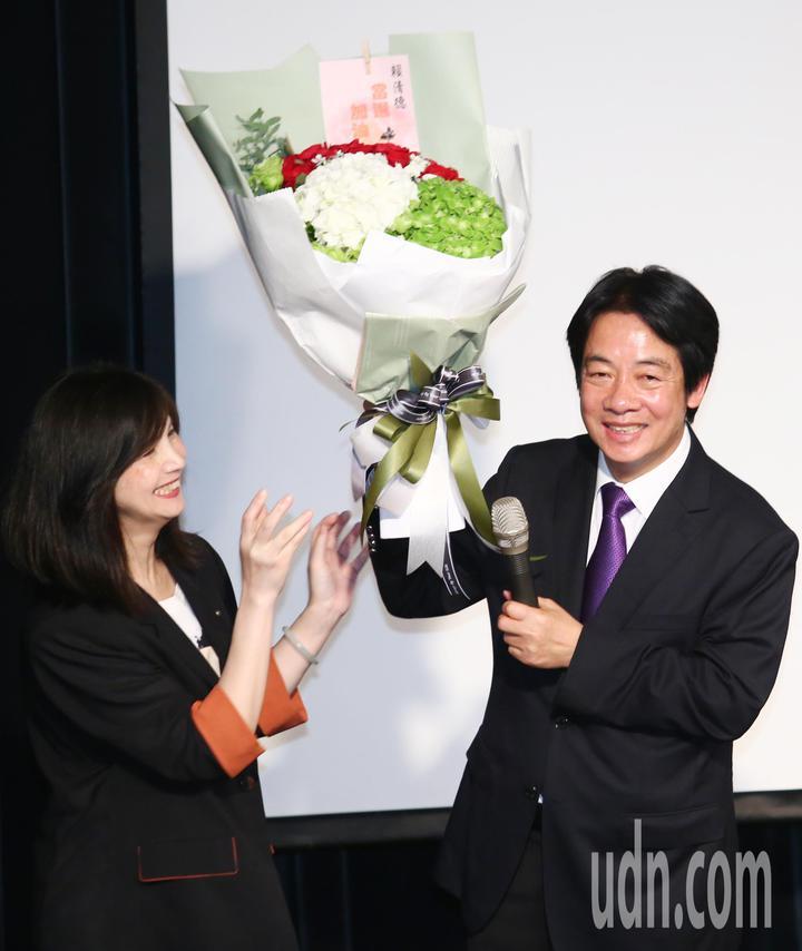 行政院前院長賴清德(右)晚間在台大演講,支持者獻花祝賀當選。記者王騰毅/攝影