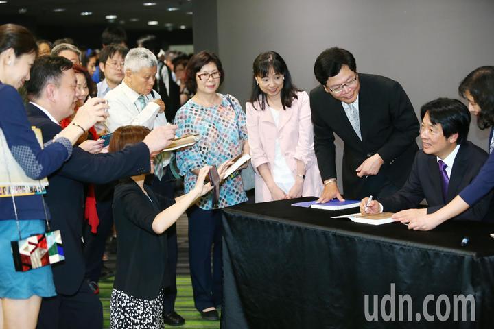 行政院前院長賴清德(右一)晚間在台大演講,並幫支持者簽書,受到熱烈歡迎。記者王騰毅/攝影