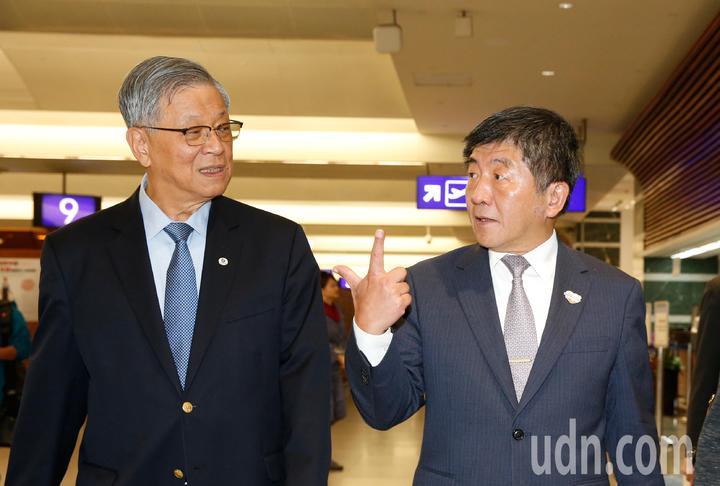 衛福部長陳時中(右)晚上在桃園機場與無任所大使吳運東(左)會合,兩人隨後將搭機前往日內瓦,爭取參加世界衛生大會。記者鄭超文/攝影