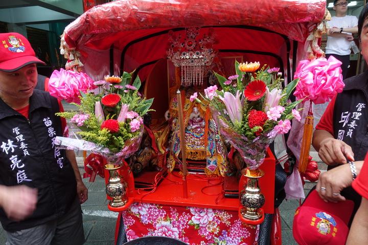 苗栗市天后宮二媽安坐在三輪車上,準備出發。記者劉星君/攝影