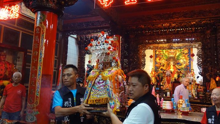 出發前舉行請神儀式。記者劉星君/攝影