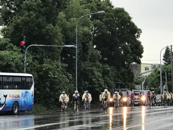 2019苗栗鐵馬進香文化,今天清晨出發時遇到下雨。記者劉星君/攝影