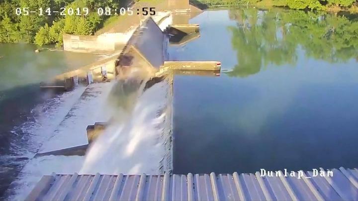 美國德州鄧拉普湖疏水衝垮蓄水壩中央溢洪道閘門的瞬間,主管單位指鄧拉普湖的水以每秒11000立方英呎的速度流失。當地記者在推特發照片表示,鄧拉普湖已經部分流乾,恢復水上娛樂用途的日子遙遙無期。路透/Guadalupe-Blanco River Authority