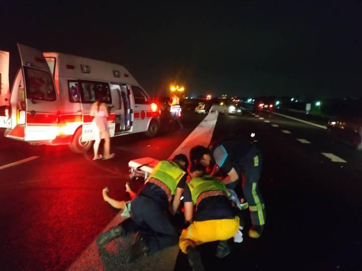 中山高彰化戰備道昨天深夜發生3輛自小客車追撞車禍,造成4人受傷送醫,其中家住台中的19歲劉姓女子飛出車外,救護人員現場施救,仍因傷重送醫不治。照片/記者劉明岩翻攝