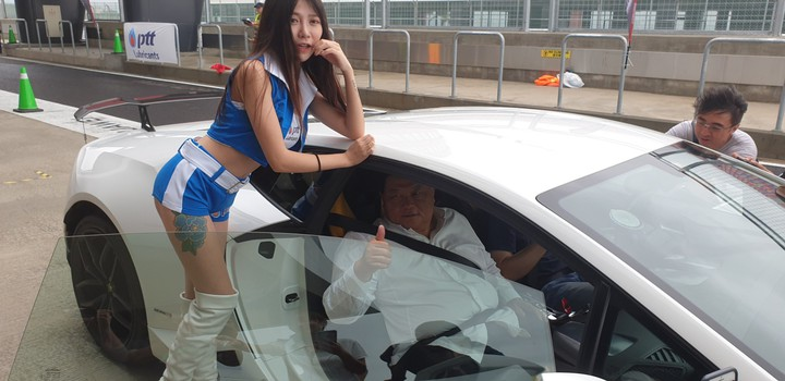 大甲鎮瀾宮董事長顏清標今天到麗寶賽車場,搭藍寶堅尼跑車體驗。記者游振昇/攝影