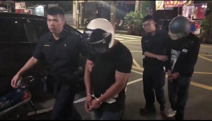 酒後爛醉持刀傷好友,警快打部隊還被攻擊,員警當場將人壓制噴辣椒水阻脫序行為。記者巫鴻瑋/翻攝
