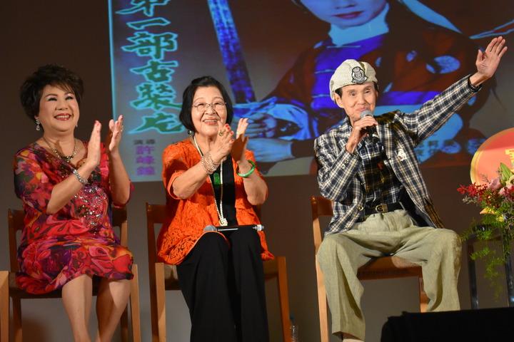 高齡92歲的國寶級歌王文夏(右)今天在台南永成戲院登台,高歌「黃昏的故鄉」引來滿堂彩 。記者吳淑玲/攝影