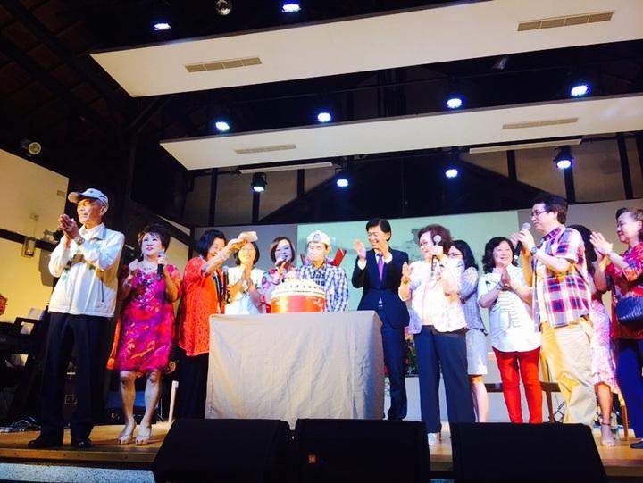 台南文化局今天在永成戲院舉辦「寶島系列」活動,並為高齡92歲國寶級歌王文夏慶生。圖/台南文化局提供