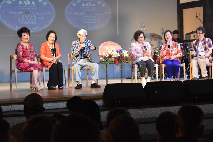 高齡92歲的國寶級歌王文夏(左三)今天率新一代「文夏四姐妹」文香、紀露霞、于櫻櫻、林秀珠,在台南永成戲院登台。記者吳淑玲/攝影