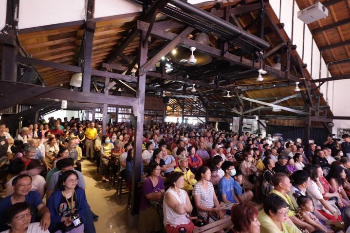 台南永成戲院以「寶島系列」為主題,邀請文夏和新一代文夏四姐妹登台,粉絲擠爆會場。圖/台南文化局提供