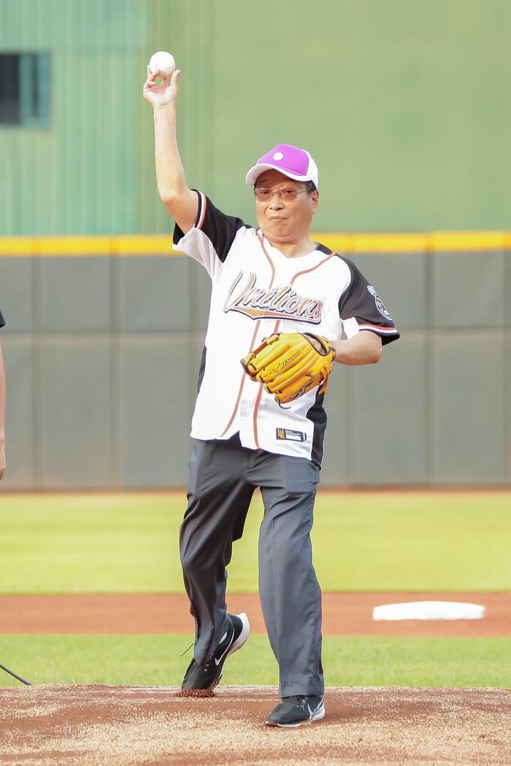 兆豐銀董座張兆順今日親自赴天母棒球場開球。 圖/兆豐銀提供