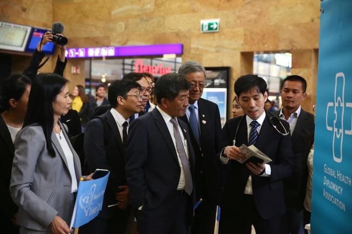 衛福部陳時中到日內瓦車站廊廳,加入台灣醫療攤位的倡議行動。 圖/衛福部提供
