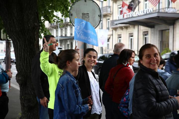 「Taiwan Can Help」的標語遍布日內瓦街頭,引發當地民眾好奇與討論。 圖/衛福部提供