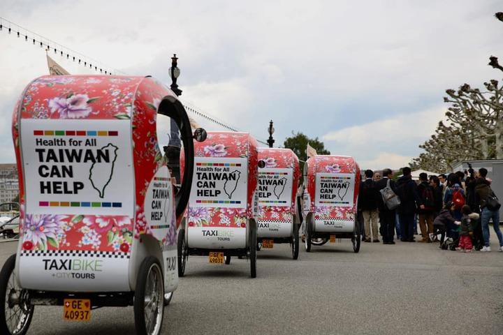 「Taiwan Can Help」的大標語貼在Taxi Bike(出租自行車)上,穿梭於日內瓦街頭。 圖/衛福部提供