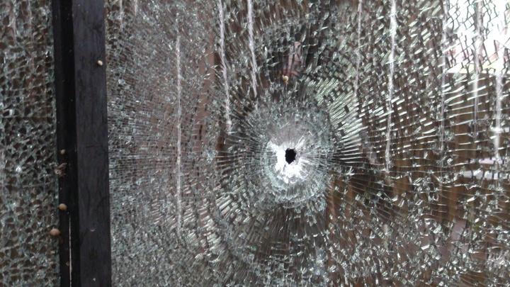 台中市沙鹿區昨發生槍擊命案,茶館外多處可見彈孔痕跡。 記者余采瀅/攝影