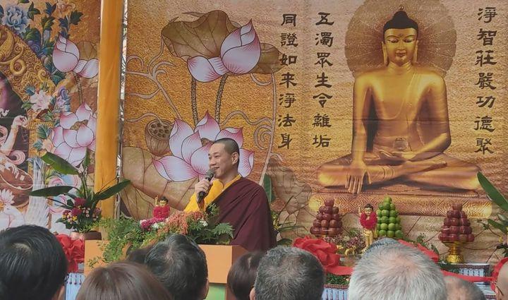 觀音山中華大悲法藏佛教會住持龍德上師說明,舉辦浴佛法會目的就是要用佛法與眾生結緣。記者趙容萱/攝影