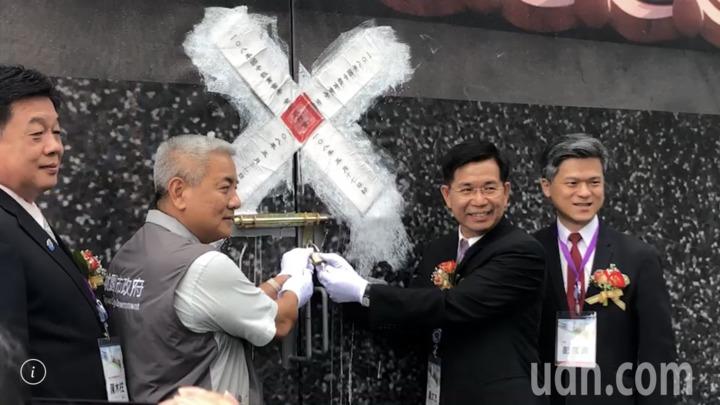 教育部長潘文忠(右二)等人啟闈。記者陳秋雲/攝影