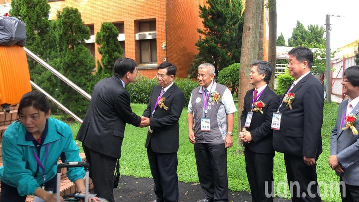 教育部長潘文忠(右二)等人啟闈,迎接170名工作人員。記者陳秋雲/攝影