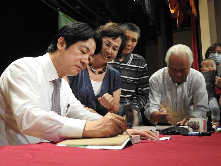 前行政院長賴清德今在南投縣埔里舉行新書簽名會,面對民調勝過蔡、韓,認為他獲能獲提名,明年大選勝券在握。記者賴香珊/攝影