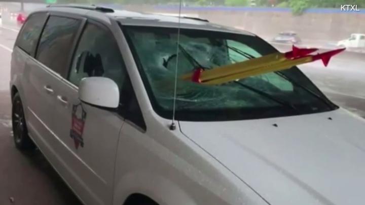 美國一名退伍軍人,16日在美國加州高速公路上,被迎面飛來的三腳架刺入胸口並命大倖存下來。警方隨後透過監視錄影畫面逮捕一名男子,在竊取交通部的設備後,把三腳架從天橋丟到公路上。圖片擷取《Fox40》影片