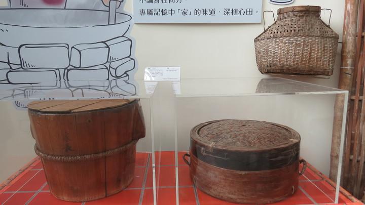 老家在苗栗縣西湖鄉的劉裕祥捐出飯甑、蒸籠、四方桌、長板凳等120件早期客家農村生活器具。記者范榮達/攝影