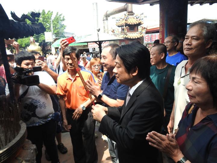 民進黨籍行政院前院長賴清德今上午到南投竹山紫南宮參拜,喊話將秉持土地公精神當總統守護台灣。記者賴香珊/攝影