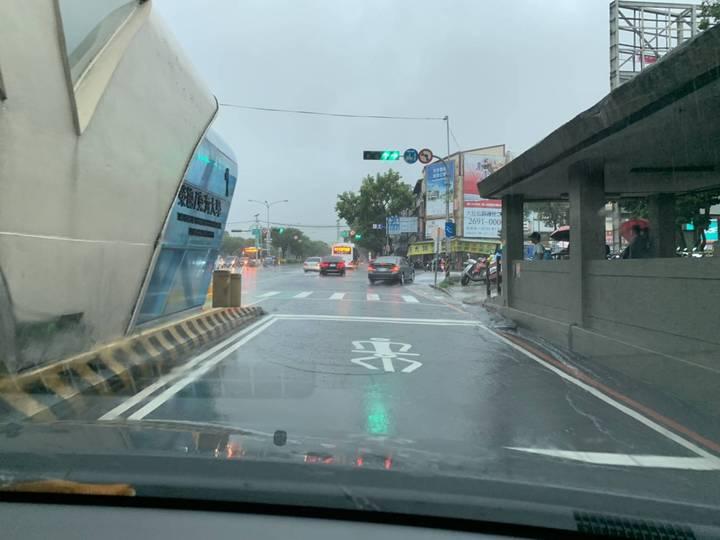 今天中午台中下起大雷雨,西屯區台中榮總附近出現路面積水狀況。記者陳宏睿/攝影