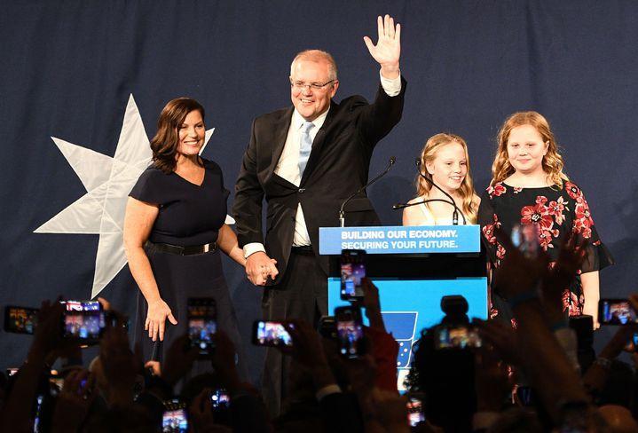 澳洲18日舉行全國大選,由現任總理莫里森(Scott Morrison)領導的中間偏右聯合政府勝出,兩黨戰況膠著,東岸開始計票時一度傳出工黨領先,但最終仍「變天未遂」由聯合政府超車,莫里森驚險保住大位,峰迴路轉的選情也體現在賭盤上。法新