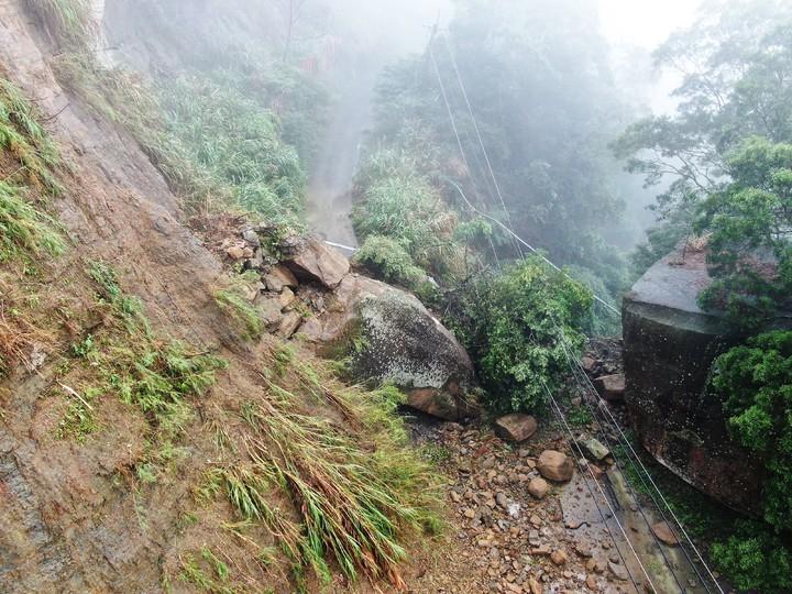 竹山大鞍山區有百噸巨石落下,鎮公所出動空拍機現場勘災後,快速搶通單線道。圖/竹山鎮公所提供