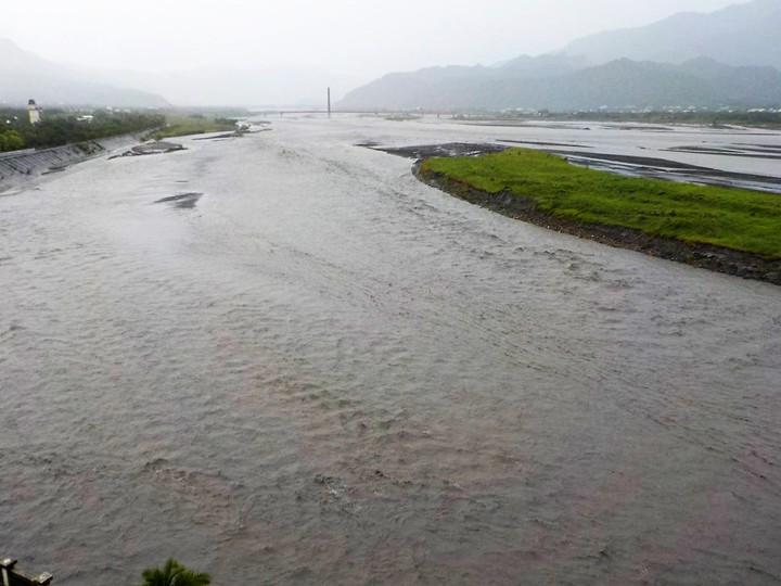濁水溪上游雨量豐沛,集集攔河堰滿水位全面展開放流排洪,氣勢非常磅礡。圖/集集攔河堰提供