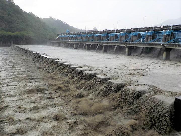 濁水溪上游雨量豐沛,集集攔河堰全面展開放流排洪,氣勢非常磅礡。圖/集集攔河堰提供