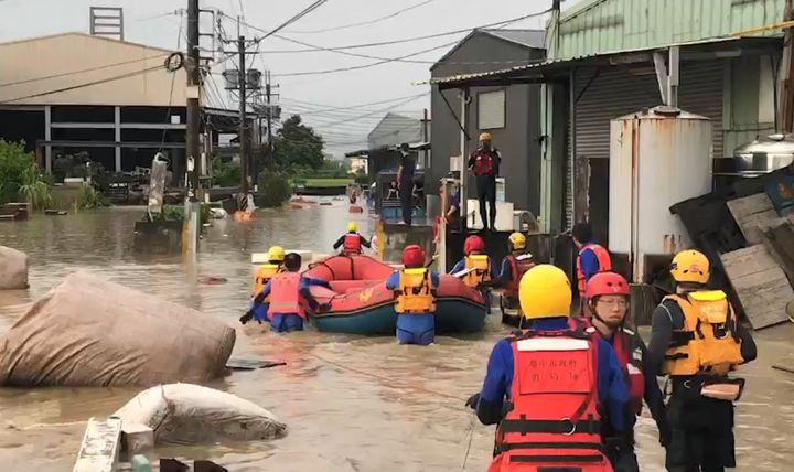 台中市消防局獲報,烏日區環河路一段862巷內有16人受困,出動多艘橡皮艇,將受困民眾救出。圖/台中市消防局提供