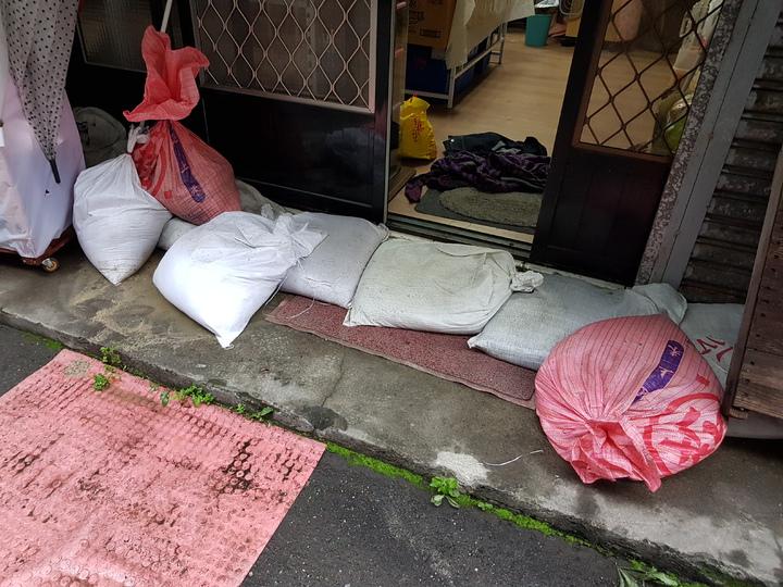 居民施小姐表示,好在里辦公處有沙包,她一早趕緊去借用防堵,水才沒淹入屋內客廳,否則木地板恐怕毀了。記者翁浩然/攝影