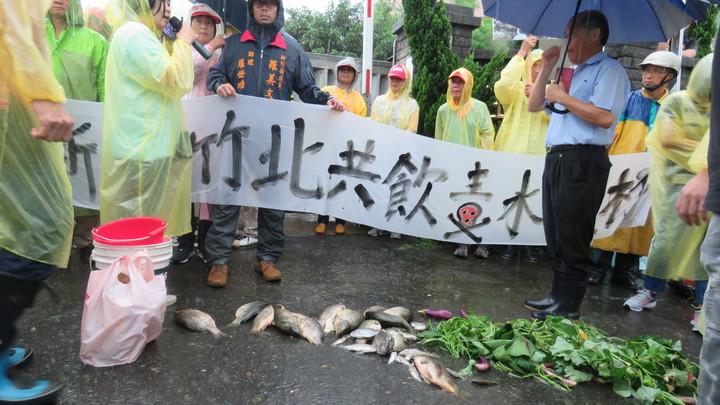 新竹鎮關西鎮民,今天到龍潭工業區化工廠前集結抗議,牛欄水域汙染魚群暴斃案。冒雨群眾要求廠方開門,讓民眾進廠內查看汙水處理設備。記者張弘昌/攝影