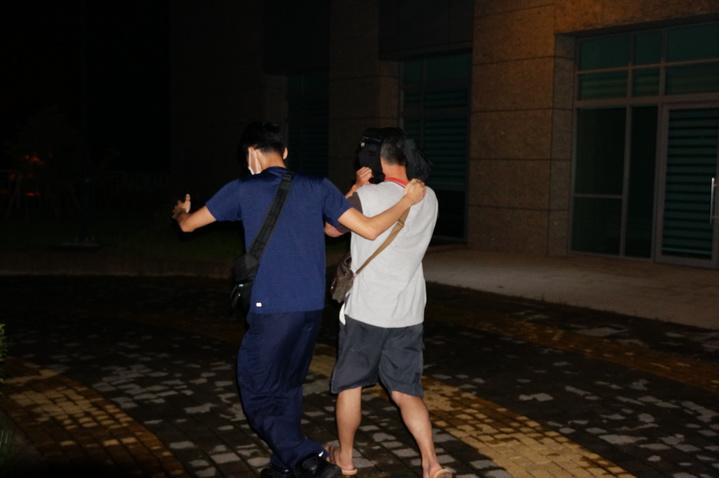 林姓警員(右)身穿短褲及夾腳拖。記者林伯驊/攝影