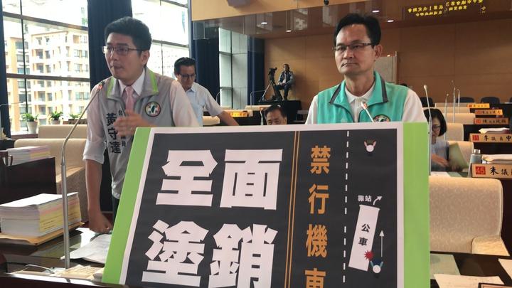 台中市議員黃守達(左)與張耀中要求市府擴大甚至全面塗銷車道「禁行機車」。記者陳秋雲/攝影