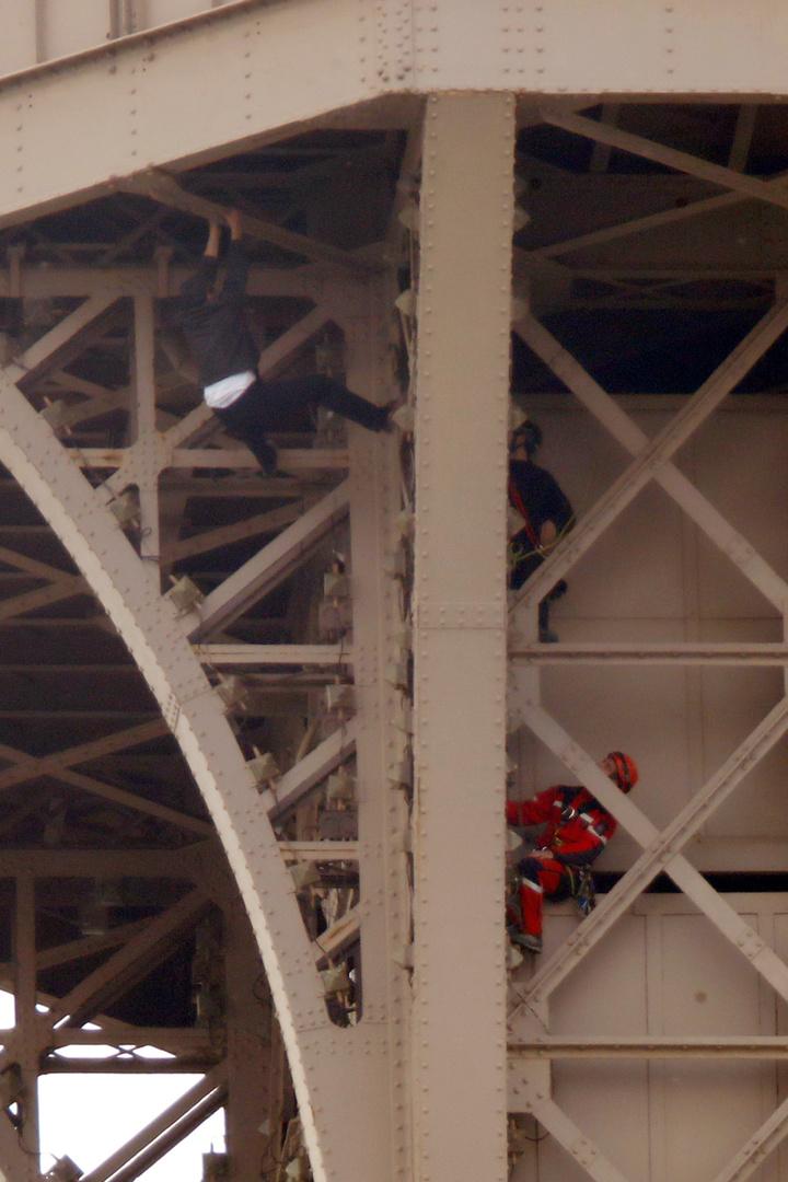 法國巴黎知名地標艾菲爾鐵塔,20日下午因為1名男子徒手攀爬鐵塔,導致當局緊急封鎖鐵塔並疏散遊客,最後耗時7小時才制伏這名男子,警方尚不清楚男子的攀爬動機;鐵塔官方隨後宣布會在21日重新對外開放。路透社