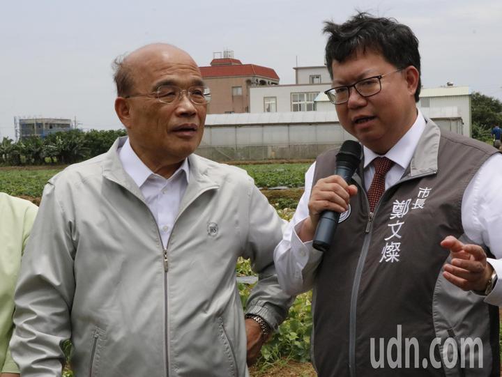 行政院長蘇貞昌(左)聽取與桃園市長鄭文燦(右)簡報。記者林育瑩/攝影