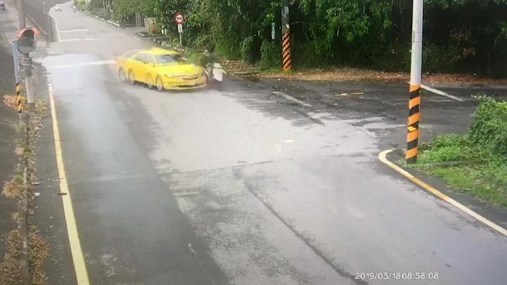 藝人馬如龍孫子在台南麻豆騎機車與計程車擦撞身亡,監視器畫面錄下車禍過程。記者謝進盛/翻攝