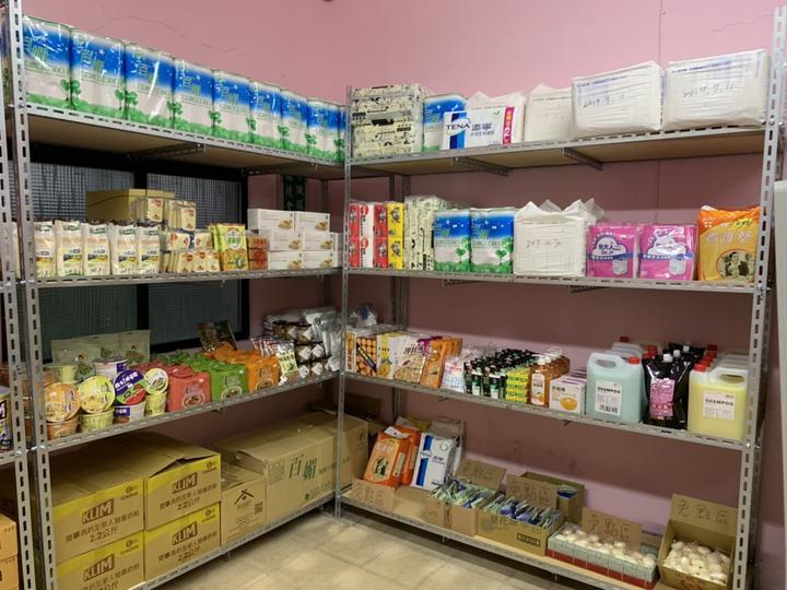 基隆市「暖暖最用心幸福食物銀行」今天揭幕成立,結合在地麵包店、餐廳、企業,集結多餘物資分配給有需要的民眾,食品類、毛巾、沐浴乳、尿布等民生用品,就像一家小型超市,一應俱全。記者游明煌/翻攝