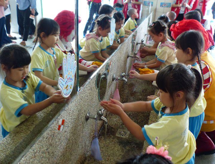 台中市衛生局日前與麥當勞叔叔之家慈善基金會合作在太平舉辦「遠離腸病毒,一起來洗手」校園宣導活動。記者趙容萱/攝影