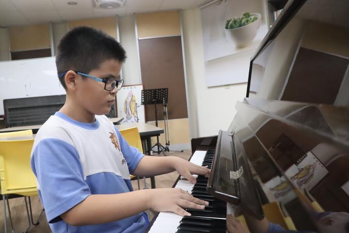 高雄市獅甲國小三年級全盲生羅柏勛彈鋼琴,最崇拜的歌手是蕭煌奇。記者徐如宜/攝影